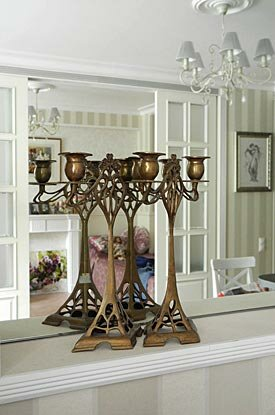 Большое зеркало и декоративные подсвечники
