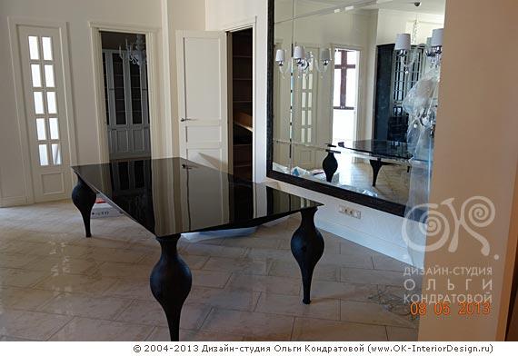 Стол с гипертрофированными ножками в стиле ар-деко