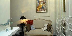 Антикварный диван в прихожей